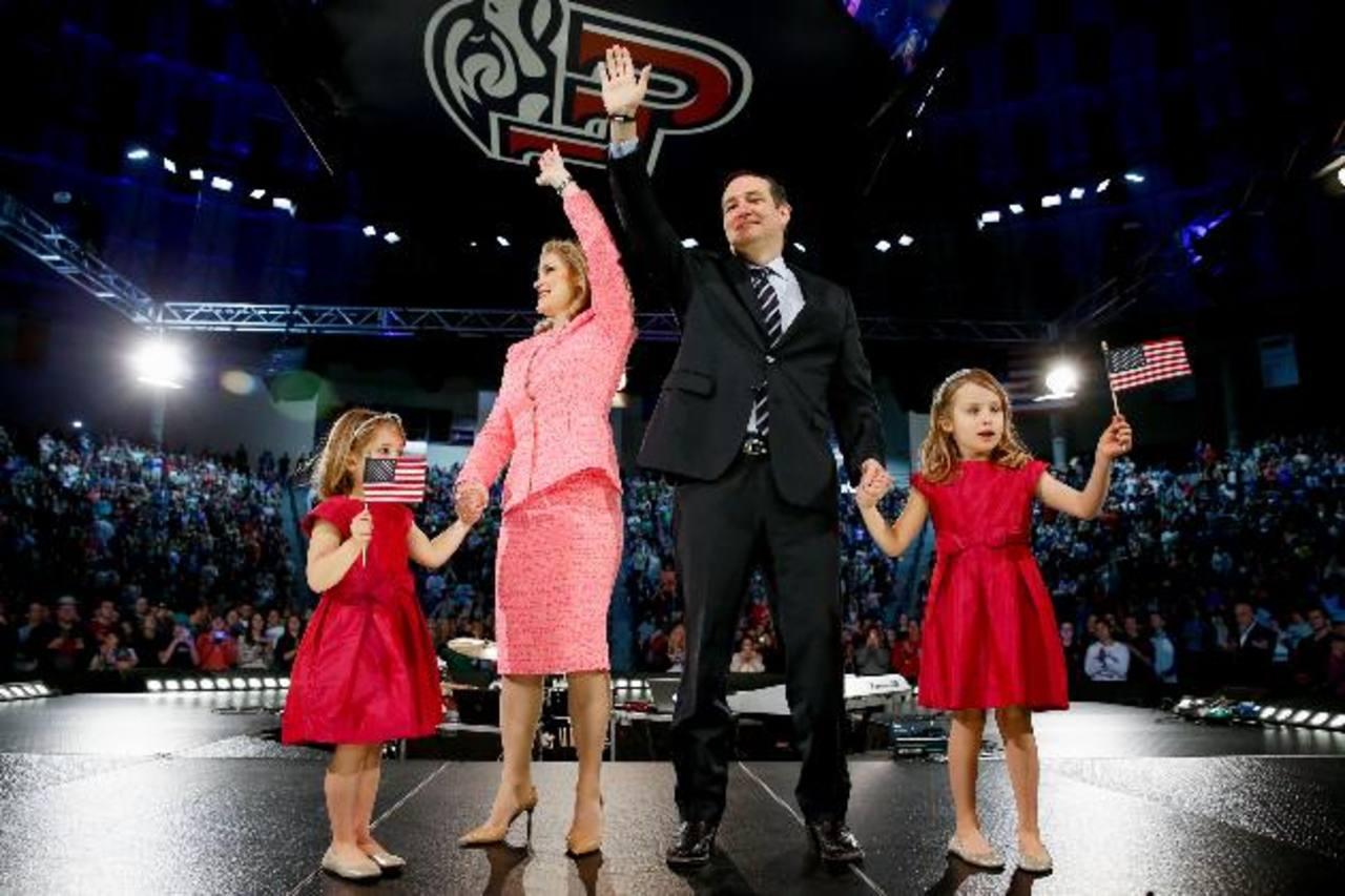 El senador por Texas Ted Cruz (2d) junto con su esposa Heidi (2i) y sus hijas.