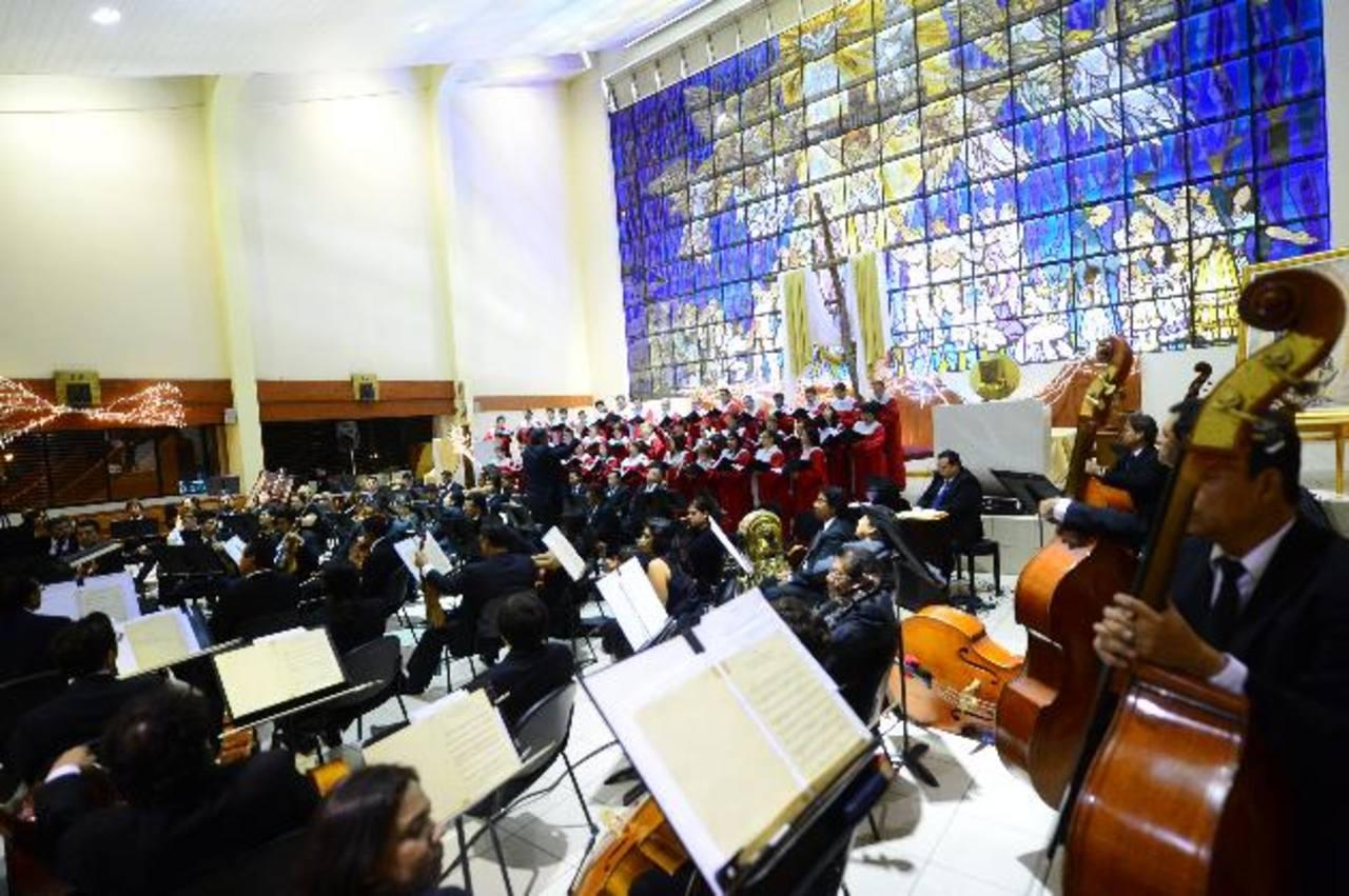 Ambiente de espiritualidad se vivió en el templo gracias a la cohesión de la Sinfónica y Coro Nacional. Foto EDH / Omar Carbonero