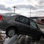 Adolescente escapa de auto que quedó colgando en puente