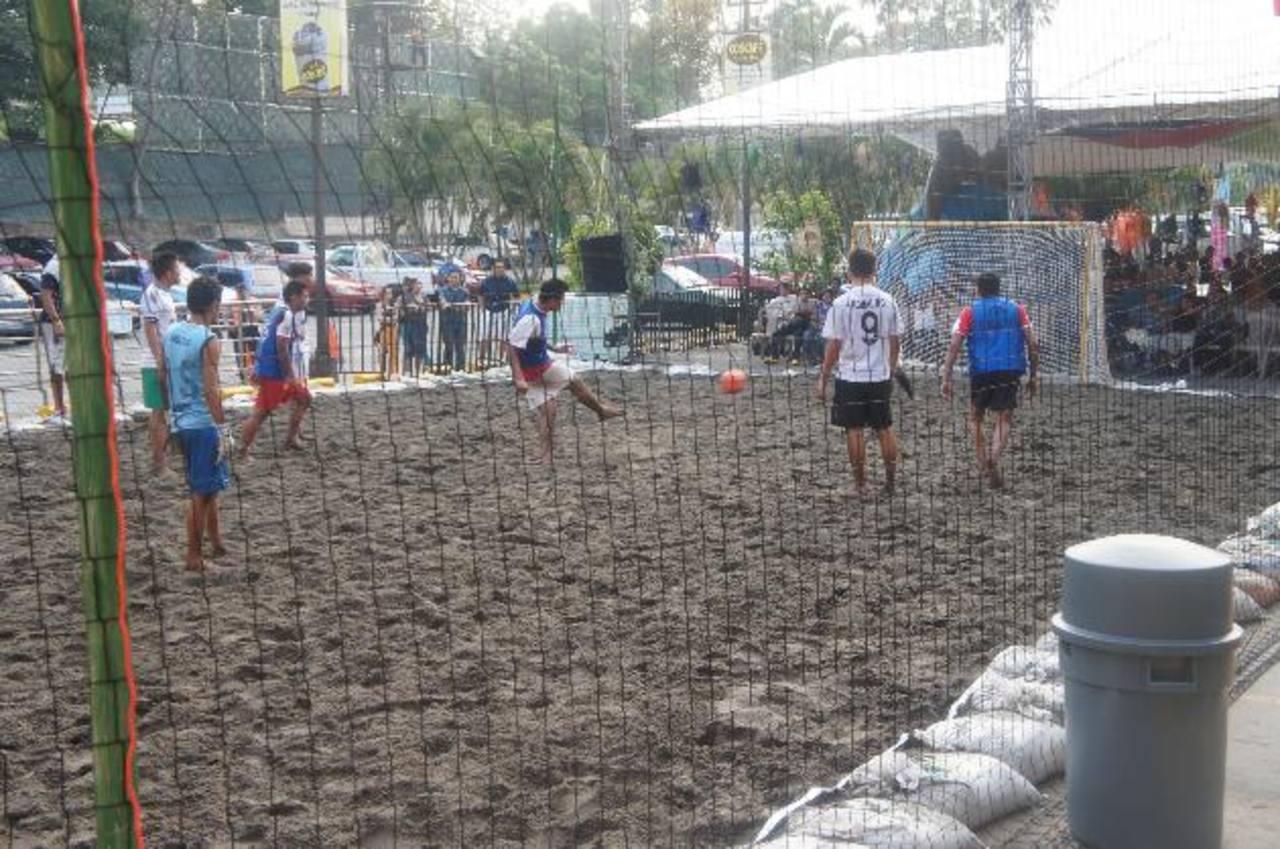 La cancha de fútbol playa y el área de paint ball le darán un colorido diferente a Plaza Mundo en esta vacación. Foto EDH/ Cortesía