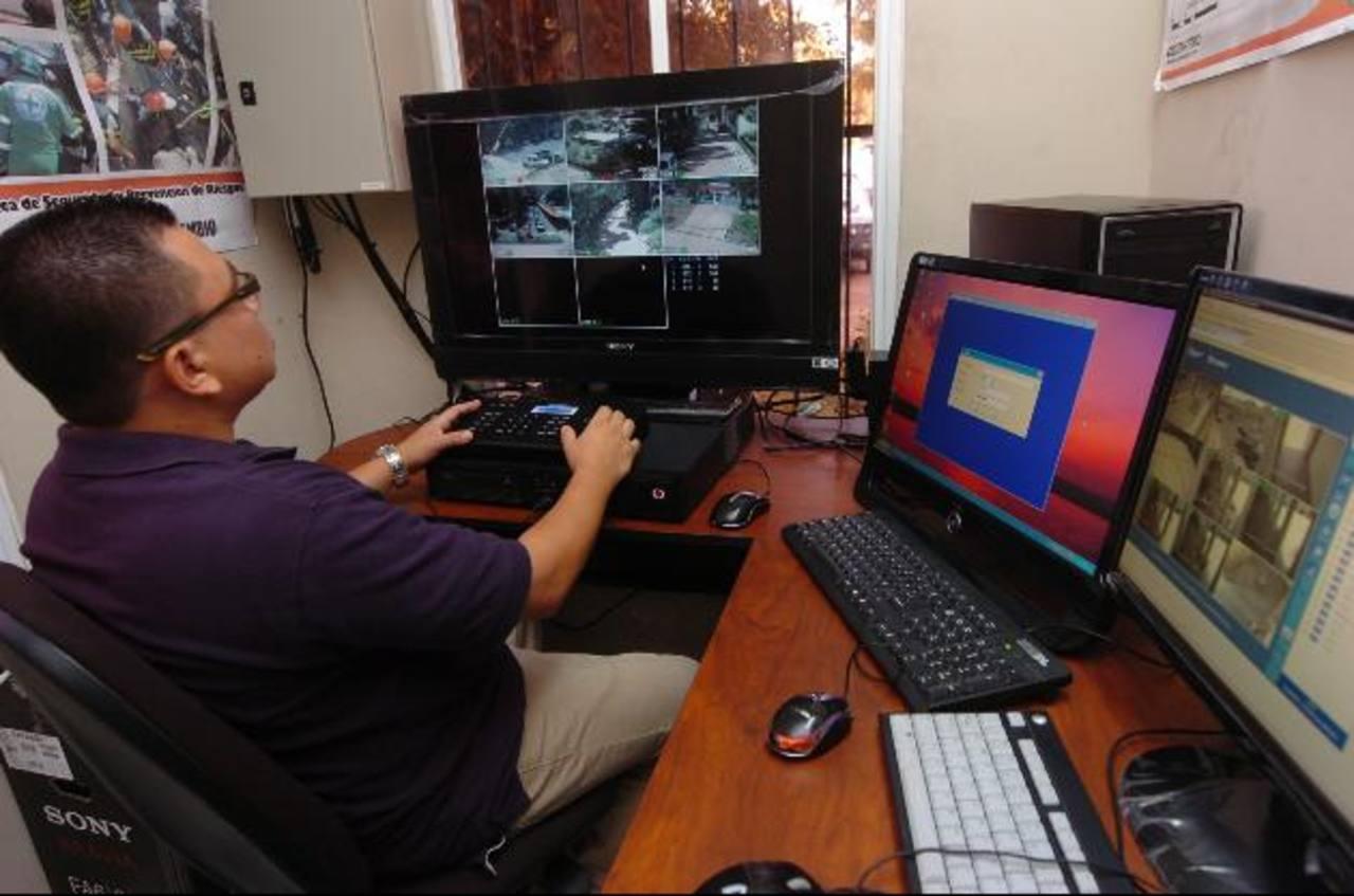 El sistema de monitoreo de las principales calles de San Salvador y Santa Tecla se ha convertido en una herramienta que permite a las autoridades combatir la delincuencia. Sobre todo, la captura de los involucrados en delitos poco tiempo después de q