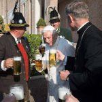 Fotografía facilitada por L'Osservatore Romano que muestra al papa emérito Benedicto XVI (c) durante la celebración
