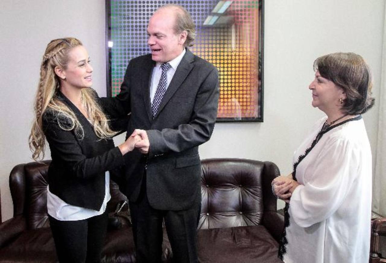 La esposa del alcalde de Caracas Antonio Ledezma, Mitzy Capriles, y la esposa de Leopoldo López, Lilian Tintori, fueron recibidas por el presidente del Senado de Chile, Patricio Walker. foto edh / EFE