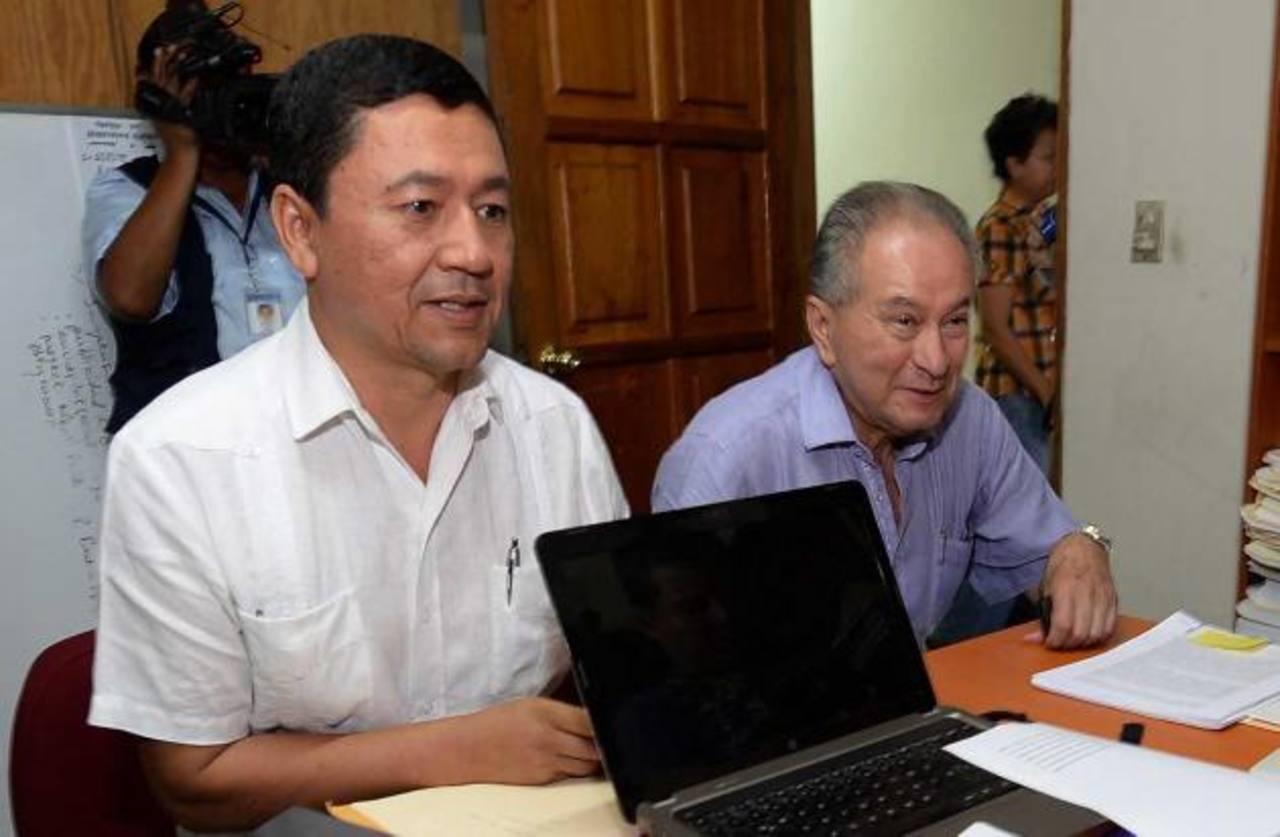 Will Salgado, alcalde de San Miguel (izquierda) y Andrés Rovira, secretario general de GANA, cuando pidieron al TSE anular el escrutinio final en la cabecera migueleña. Foto EDH / archivo