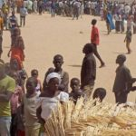 Multitud mata a golpes a una chica en un mercado de Nigeria