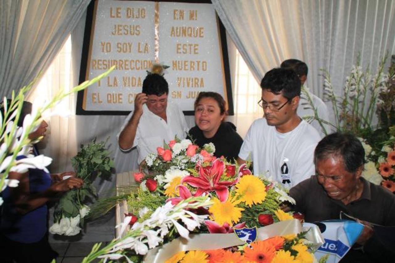 Familiares del periodista Danilo López, del diario Prensa Libre, durante su funeral en Mazatenango. foto edh /Archivo