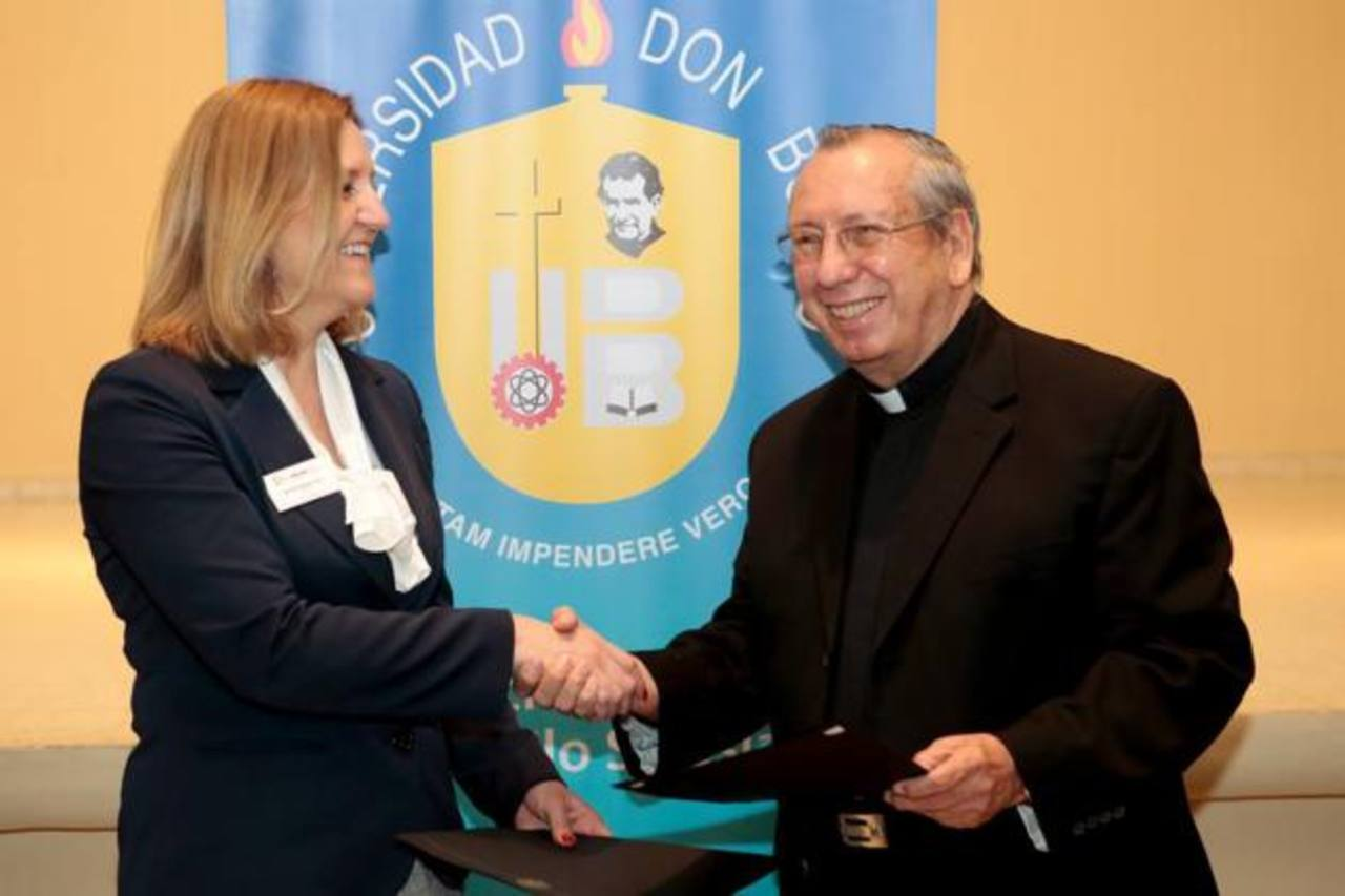 La presidenta de Indian Hills Community College, Marlene Sprouse, junto al padre Óscar Rodríguez, de la UDB.