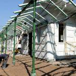 Empleados de la empresa constructora trabajan en el cambio de piso del lado norte del hospital Rosales.