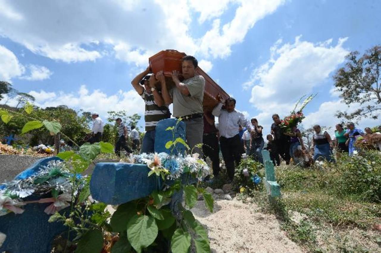 Ayer en la mañana fueron sepultadas las cinco víctimas de un accidente vial en El Carmen, Cuscatlán. foto EDH / Jaime Anaya