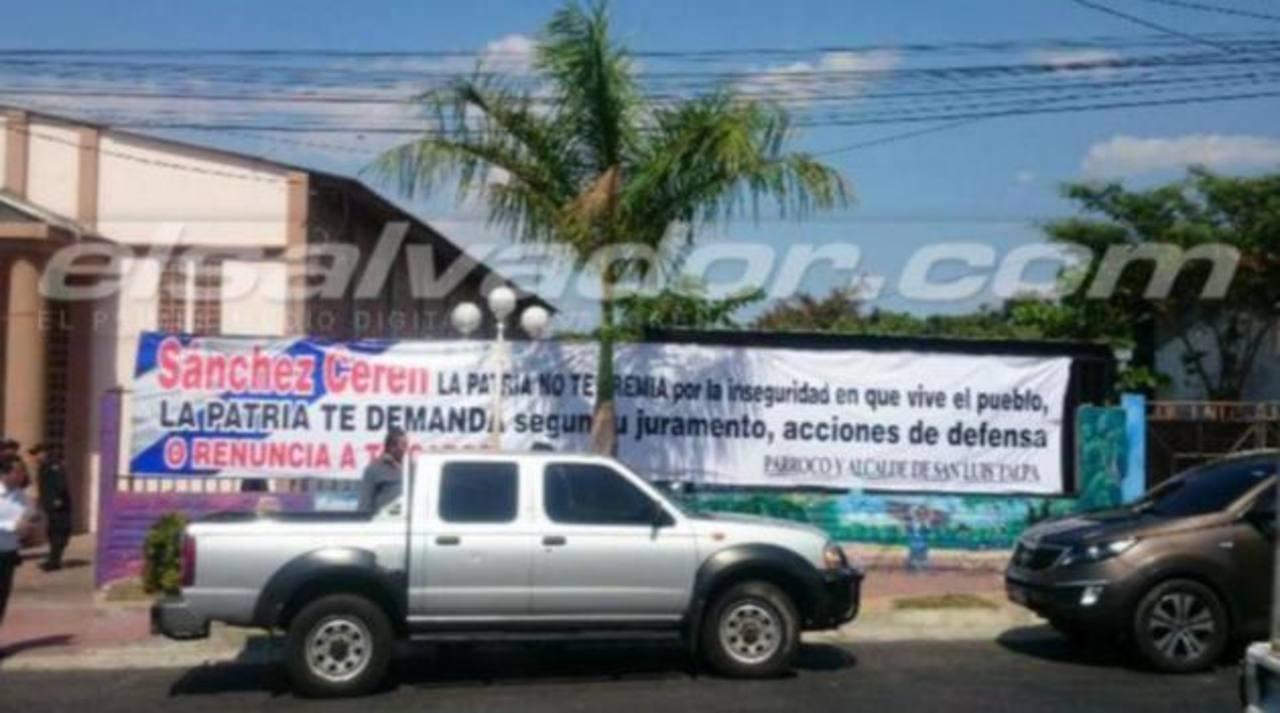 Pancarta en fachada de iglesia donde realizan misa de policía asesinado. /