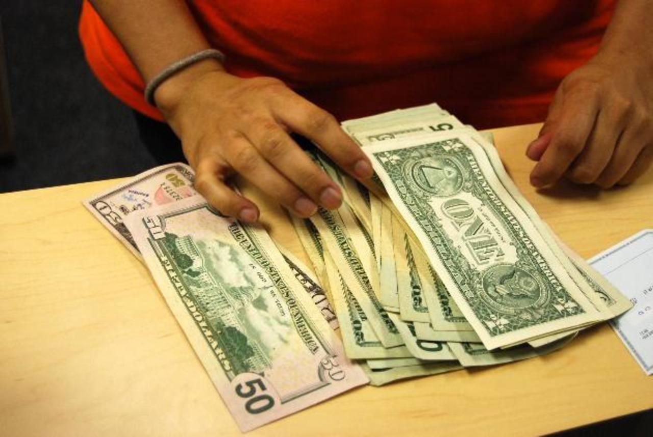 El país sigue recibiendo una importante cantidad de dinero todos los meses, a través de las remesas enviadas por compatriotas que viven en el exterior. Foto EDH/ Archivo