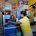 Negocios como tiendas o farmacias, como la de la foto, se han convertido en corresponsales financieros Banco Amigo. Foto EDH