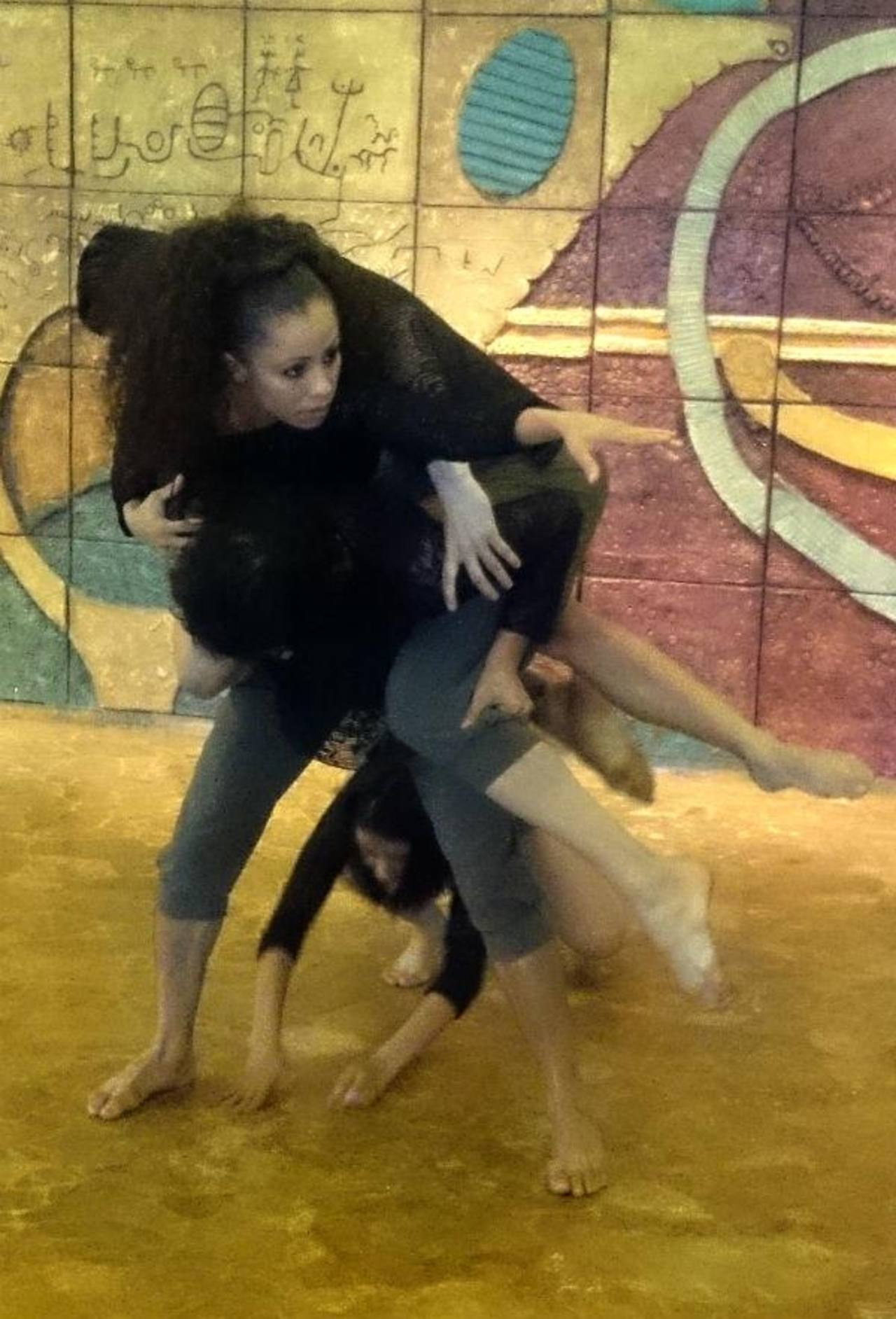 La teatralidad y la danza están incluidos en la obra.