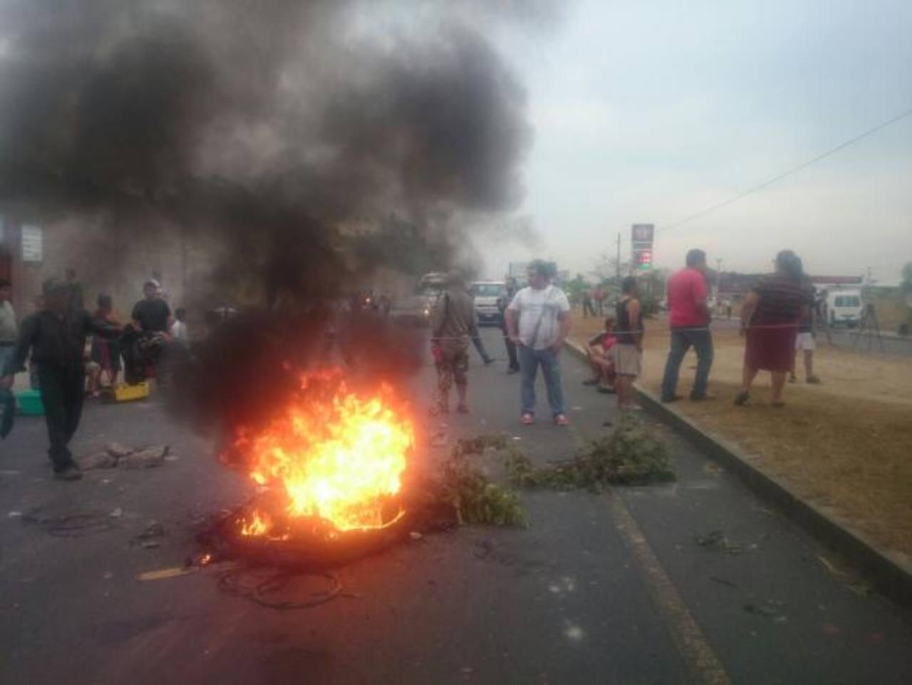 Colapsa tráfico en Carretera de Oro por protesta de agua