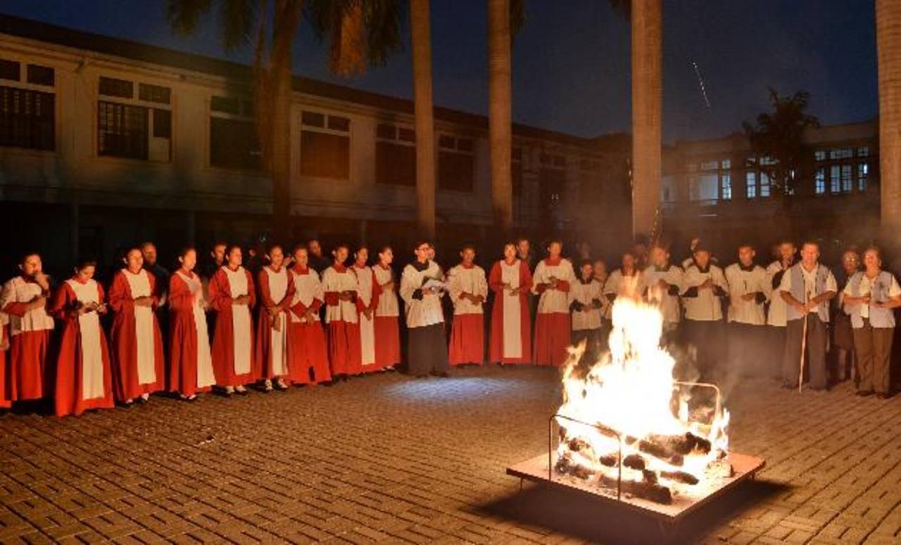 La noche del sábado miles de católicos participan del lucernario, que es previo a la vigilia pascual. foto edh/ ARCHIVO