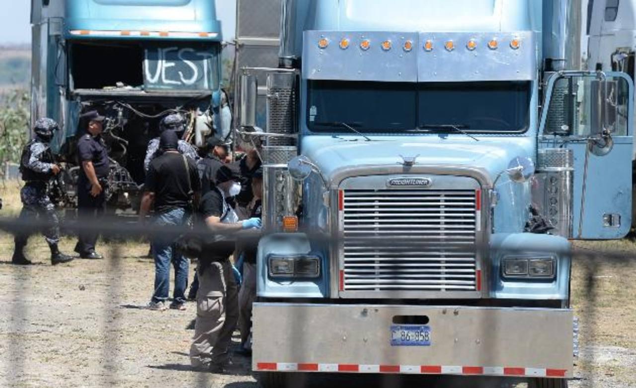 Policías revisan los furgones estacionados en el predio para verificar o descartar si eran usados para el trasiego de drogas en la región centroamericana. Foto EDH / HUBER Rosales. Niño que sobrevivió a la masacre es atendido por una agente de la Pol