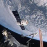 En esta imagen de NASA-TV se ve a la sonda Dragon-6, de la empresa SpaceX, cerca de la Estación Espacial Internacional el viernes 17 de abril de 2015.