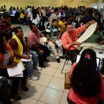 El conteo de votos inició ayer con varias horas de atraso. El TSE instaló 60 mesas para el proceso, cada una con tres miembros del Tribunal y vigilantes de partidos. fotos edh /mauricio cáceres