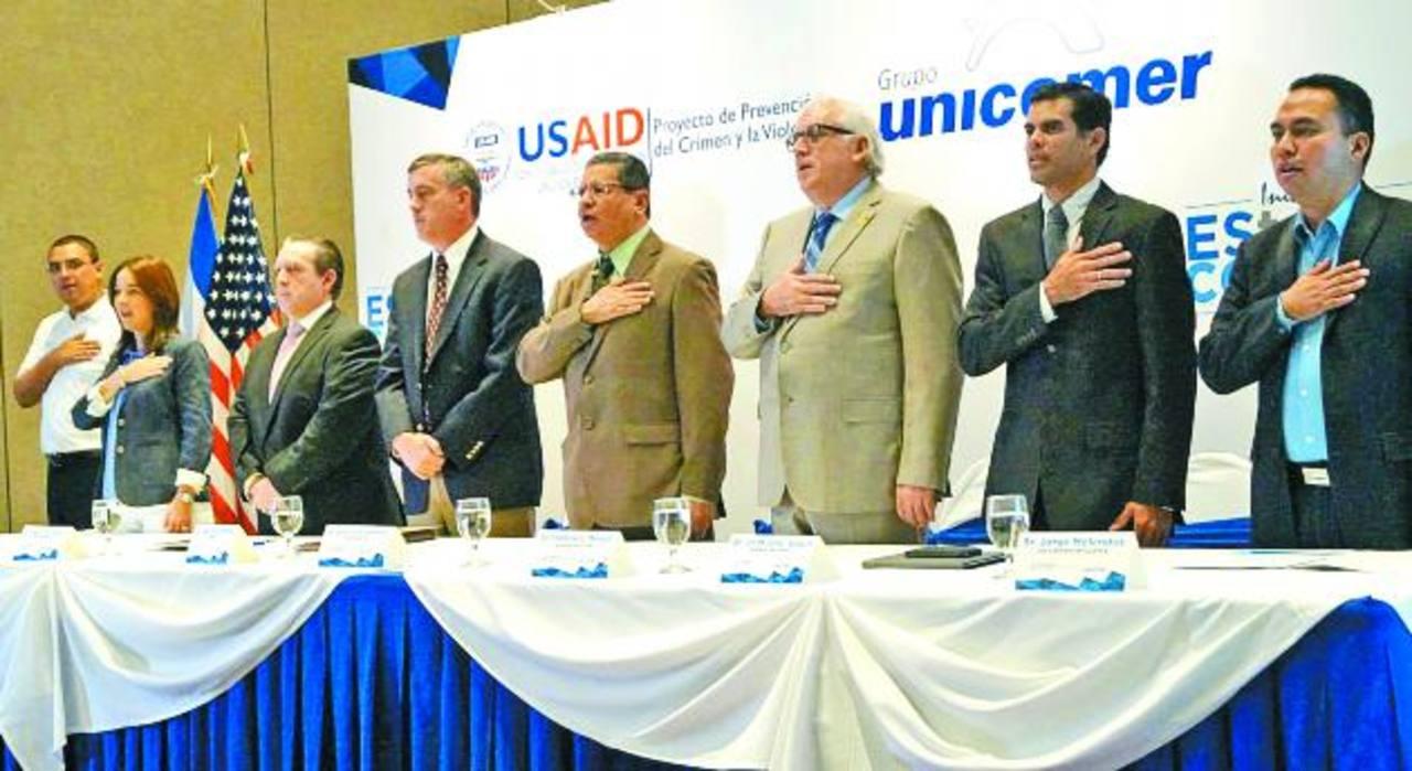 Representantes de USAID y Unicomer le apuestan al fortalecimiento de valores. Foto EDH / Cortesía