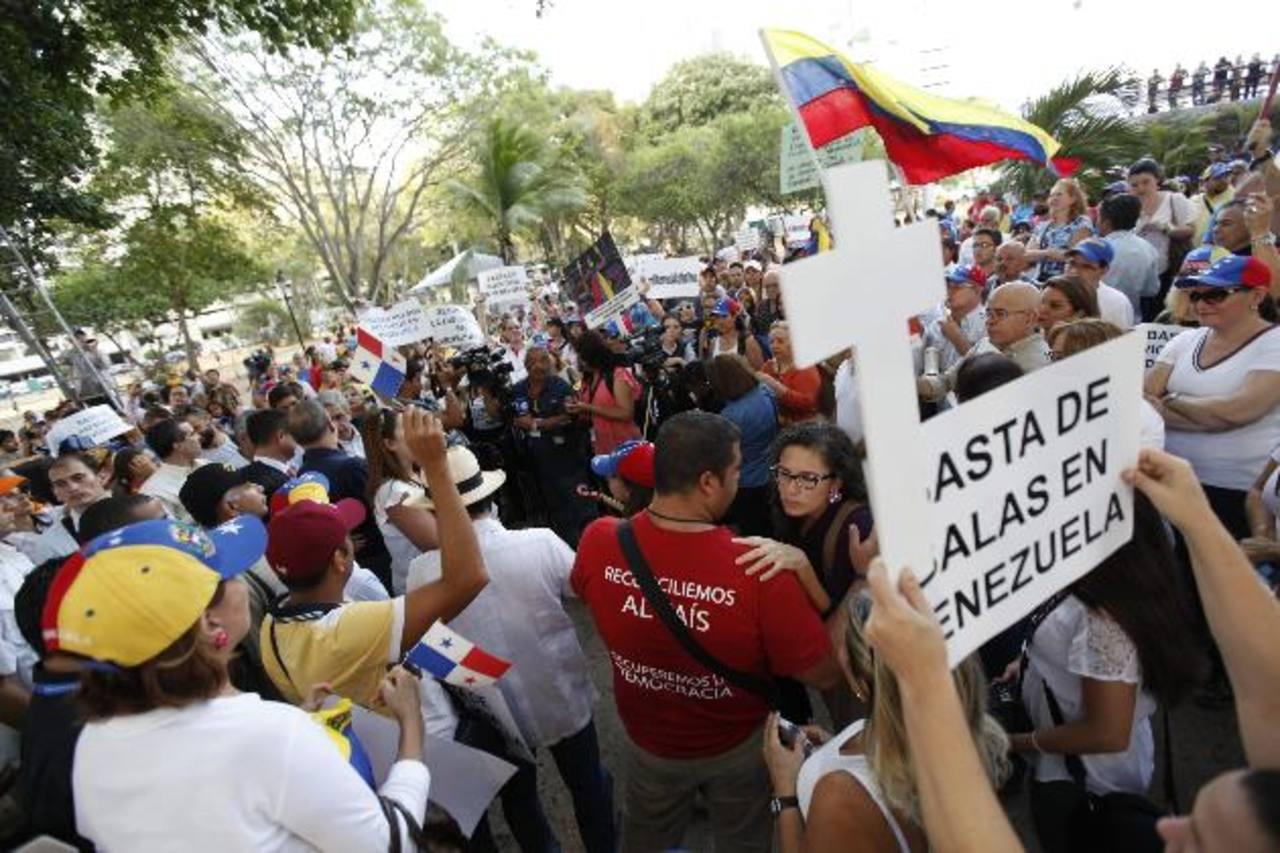 """Unos 300 venezolanos residentes en Panamá se manifestaron ayer en la capital panameña para pedir libertad de """"presos políticos"""" y cese a la represión. EDH /efe"""