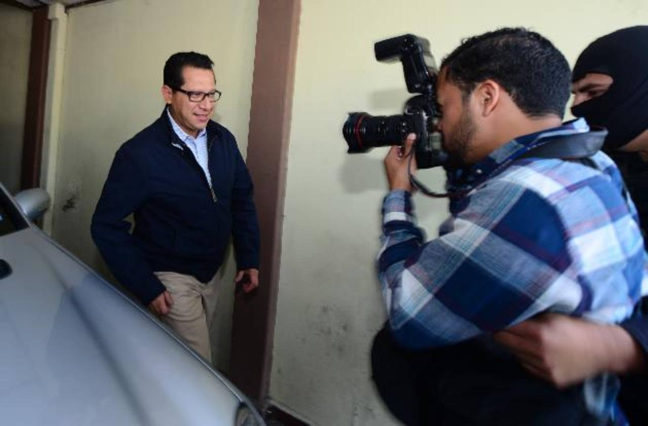 El pastor del TAI, Carlos Rivas, salió del Juzgado de Paz de Antiguo Cuscatlán alrededor de las 3:00 p.m., tras rendir una fianza de $5 mil. Foto EDH / Mauricio Cáceres