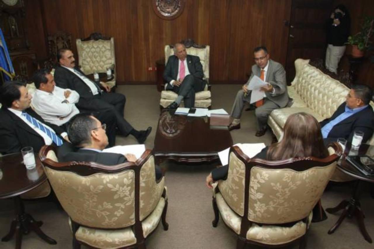 El presidente de la Asamblea Legislativa, Sigfrido Reyes, del FMLN, (al centro) inició ayer el proceso de transición de la nueva legislatura 2015-2018. Foto EDH/ Cortesía