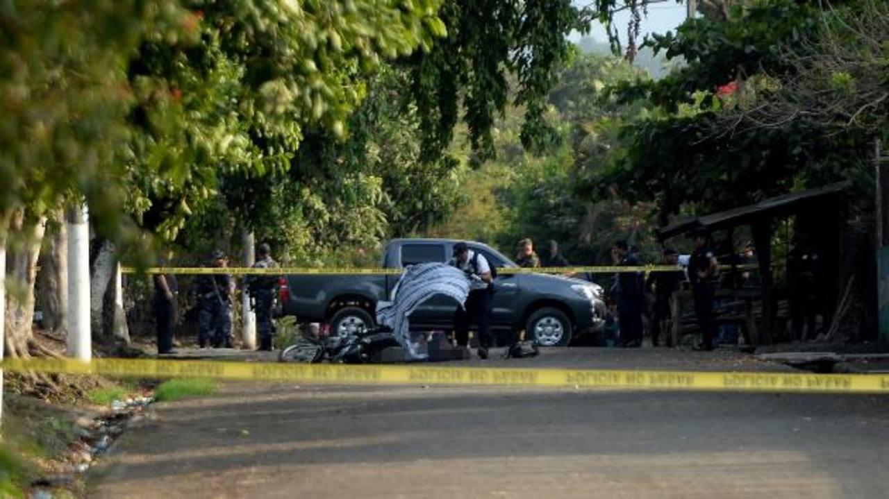 El agente José Ernesto Sánchez Ávalos fue atacado frente a una cancha, en la colonia Nuevo Sitio. La PNC hizo algunas capturas. Foto EDH / Marlon Hernández.