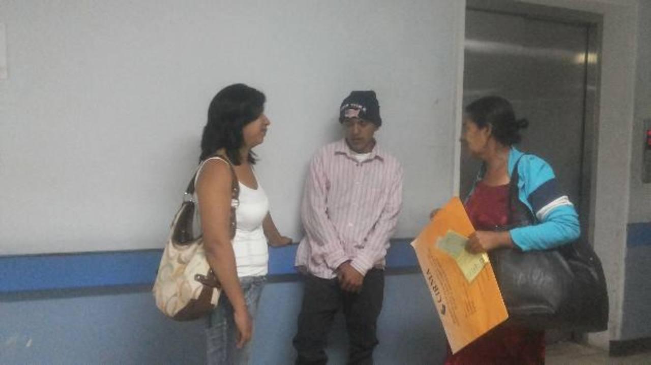 José Hernández, junto a su hermana y madre, en la entrada del Servicio de Hematooncología. foto edh /Yamileth Cáceres