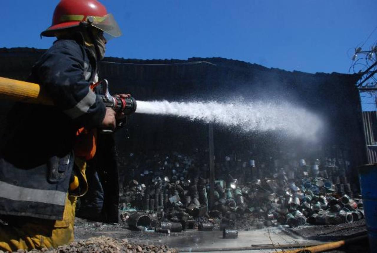 Bomberos se refuerza con las otras unidades o soldados. Foto EDH / ARCHIVO