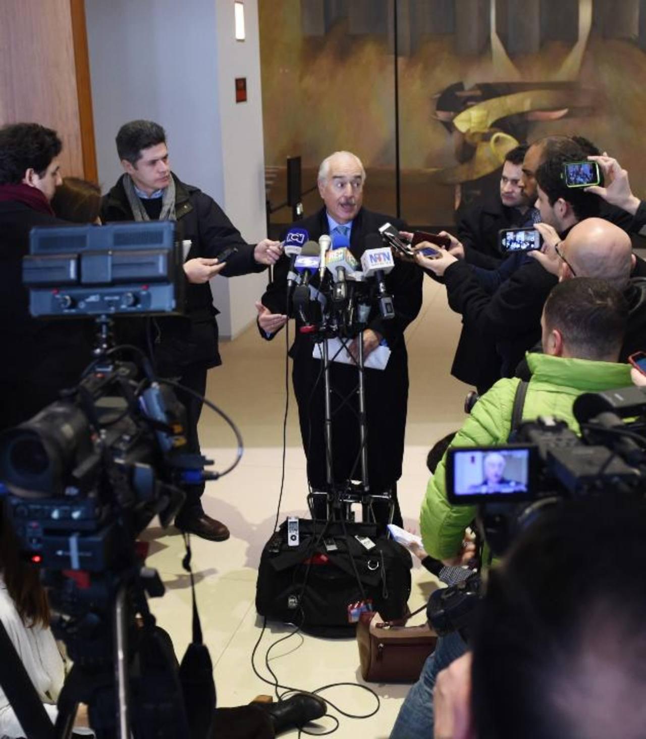 El expresidente colombiano Andrés Pastrana (c) habla a los medios, en Washington. Foto edh / efe