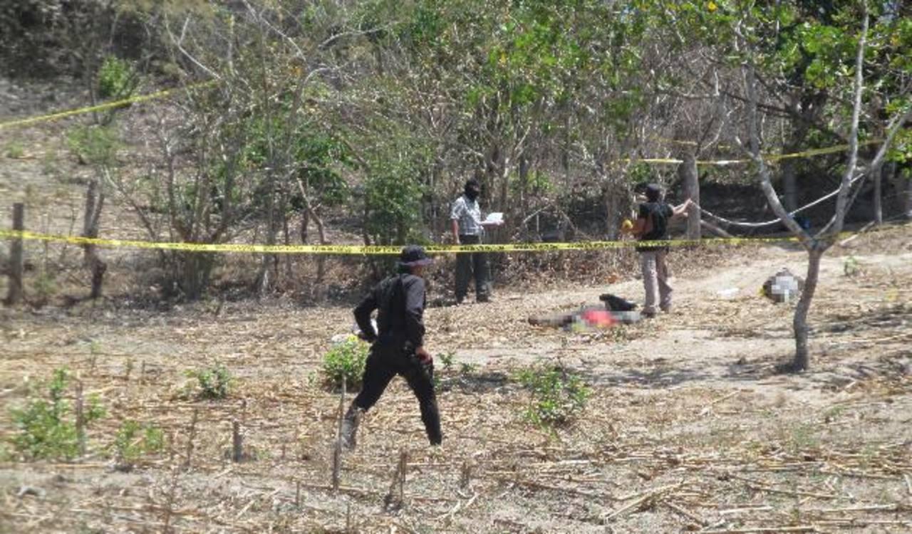 Lugar donde encontraron degollados a cuatro jóvenes en San José Guayabal. Los cuerpos tenían heridas profundas en el cuello y estaban atados de pies y manos. Fotos EDH / Jorge Beltrán Luna