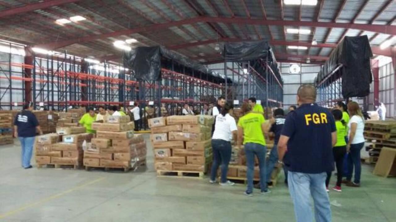 Los paquetes electorales son trasladados desde la sede del TSE, ubicada en la Autopista a Comalapa, hacia las instalaciones del Cifco.