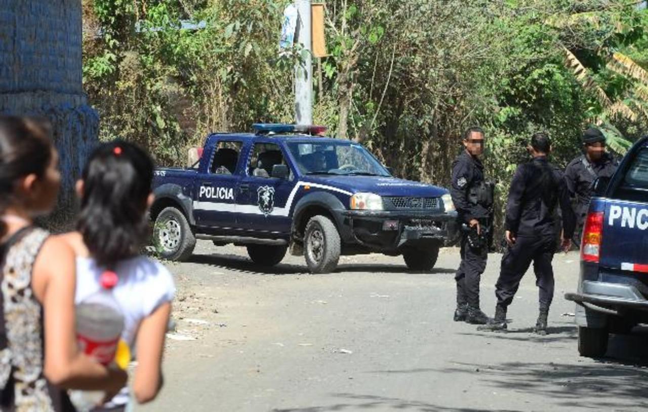 El operativo policial y militar desarrollado ayer en el cantón Sitio Grande, no dejó resultados. No hubo capturas de sospechosos de matar al agente Alfaro Torres. Foto EDH / Mauricio Cáceres