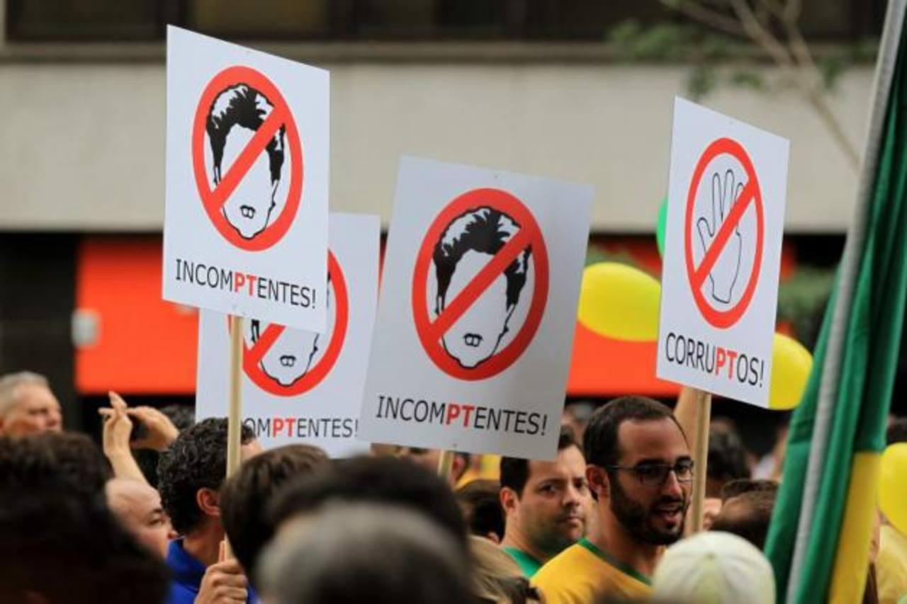 Opositores brasileños participan en una manifestación contra la presidenta Dilma Rousseff. foto edh / archivo