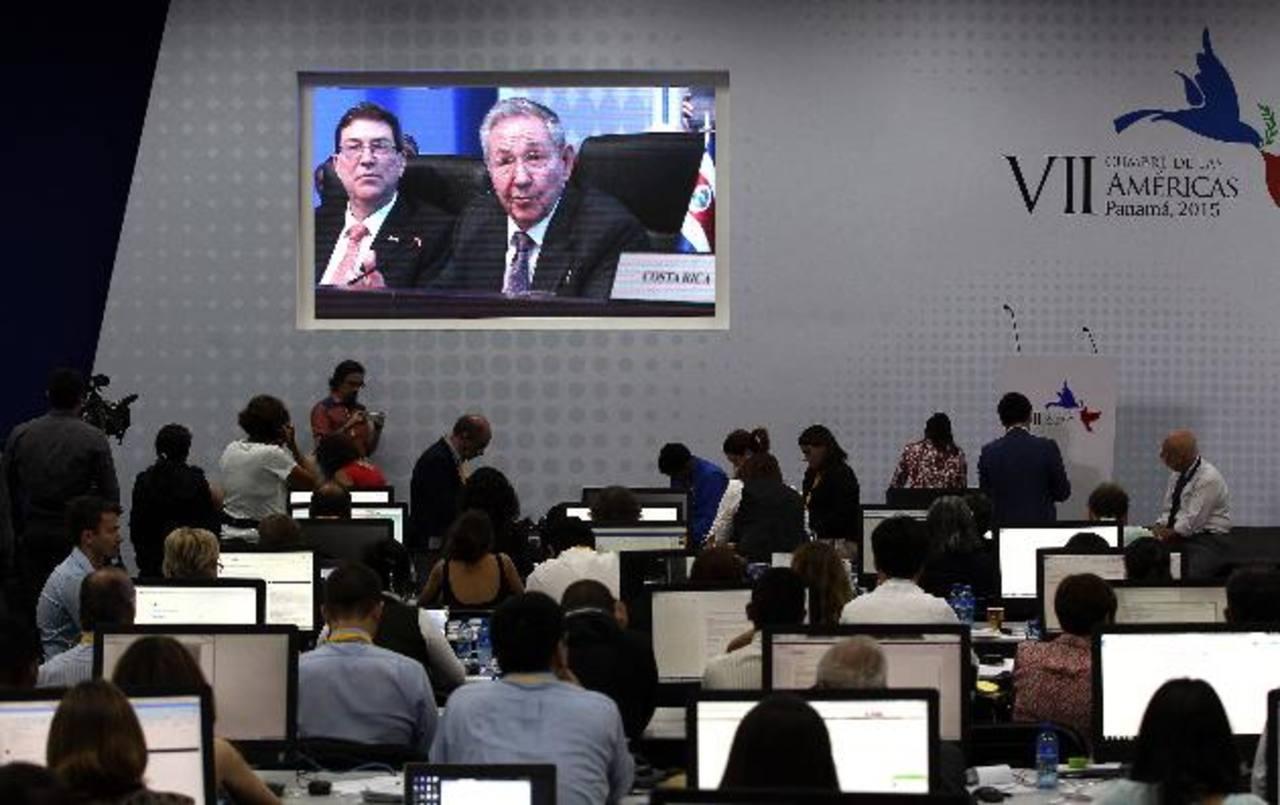 Periodistas atentos al discurso de Raúl Castro.