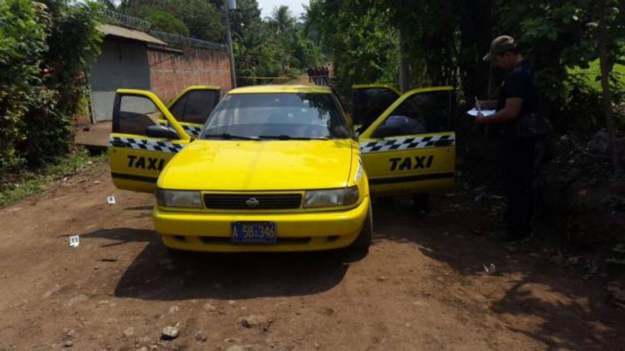 Taxi en el cual fue asesinado en Izalco, Rolando Salomón Polanco Castro, atleta e instructor de fisicoculturismo. Foto EDH / FGR