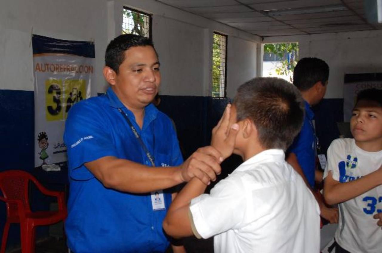Alumnos de varias escuelas fueron beneficiados con lentes.