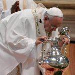 En Jueves Santo, el papa Francisco lava los pies a 12 presos