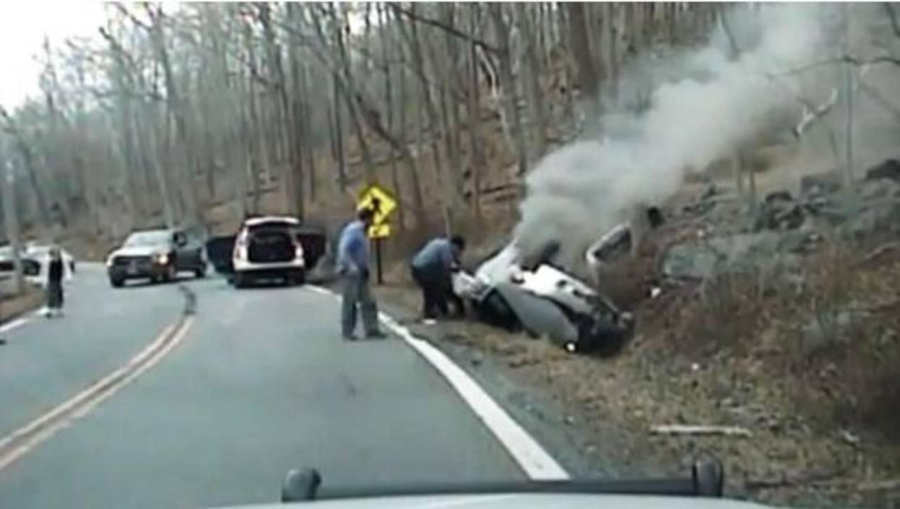 VIDEO: Policía rescata a mujer justo antes que explotara su carro