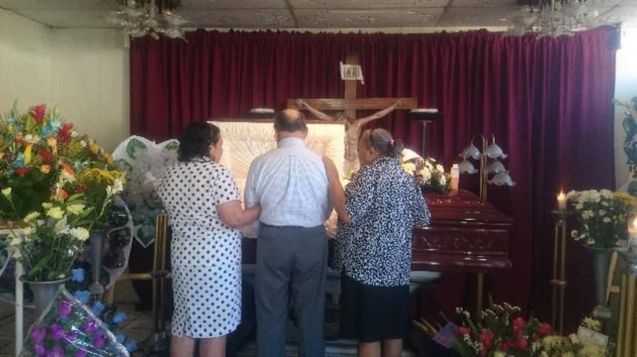Decenas de personas visitaban la funeraria donde se velaban ayer los restos del fiscal Andrés Olivo en Usulután. Foto EDH / JAIME LÓPEZ