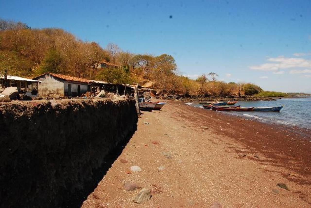 Las viviendas se encuentran sin protección, debido a que los bancos de arena ya no existen.La extracción de arena en las playas mantiene preocupados a los residentes del lugar, que temen que sus casas se caigan. Foto EDH / Insy Mendoza