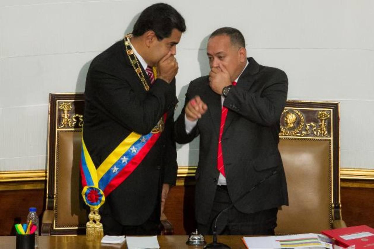 El gobernante venezolano, Nicolás Maduro (izq), habla con el presidente de la Asamblea Nacional, Diosdado Cabello, durante un discurso ante la Asamblea Nacional. foto edh / efe