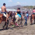 Muchas familias disfrutaron en la playa El Majahual, en La Libertad.