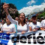 Cientos de mujeres venezolanas salieron a las calles a para pedir la renuncia del gobernante Nicolás Maduro. Foto EDH / AP