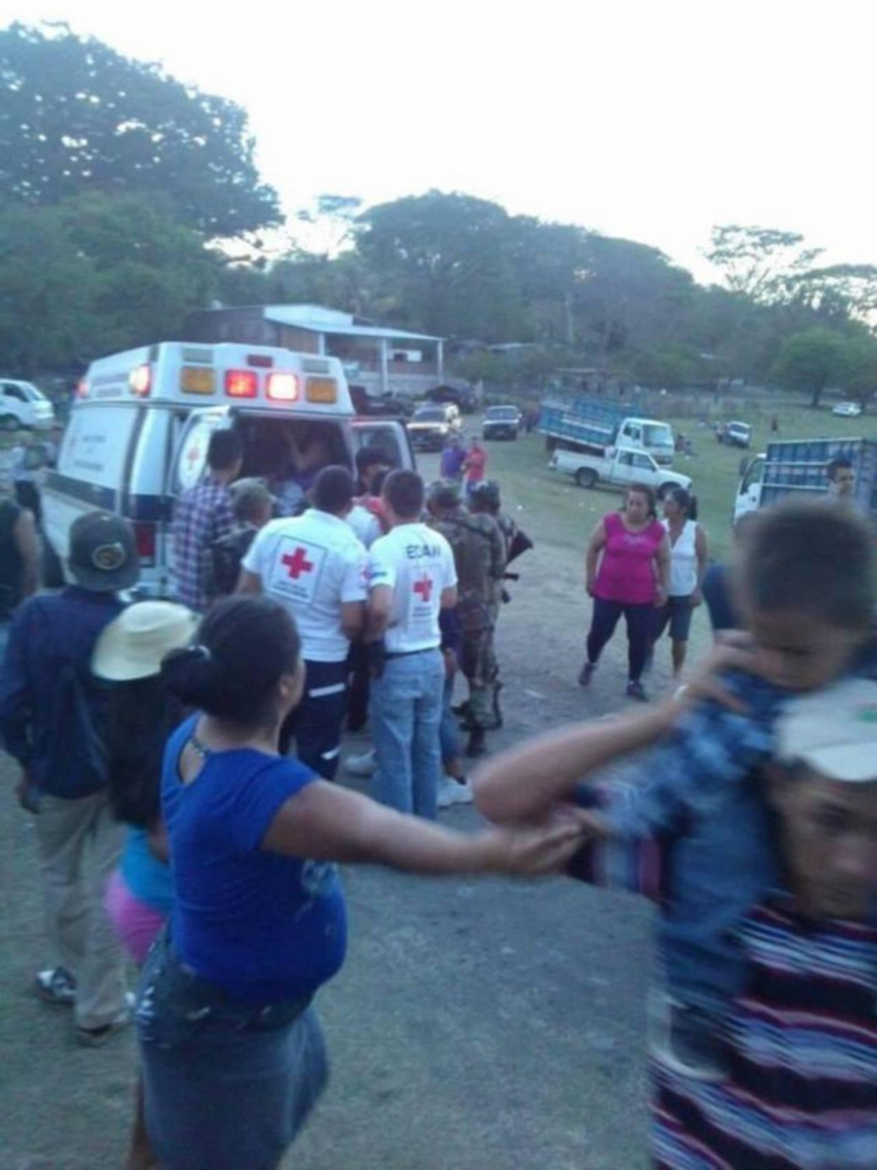 Momentos en que socorristas de Cruz Roja de Metapán trasladan a los heridos a los hospitales. Foto EDH / Cortesía Cruz Roja