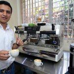 El barista Julio César Ruiz da algunos consejos para disfrutar de un buen café. foto EDH / huber rosales