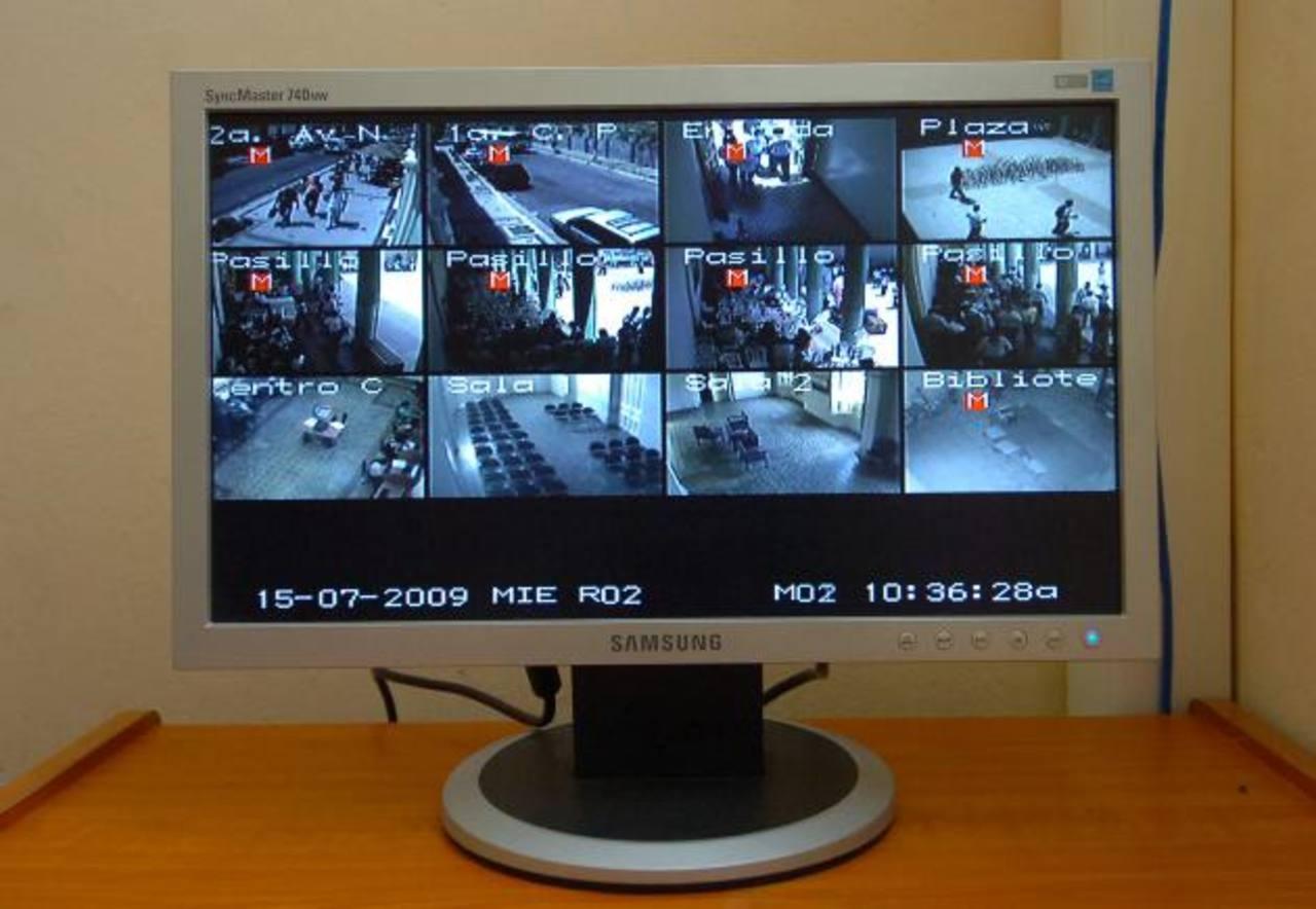 En monitores se observan los movimientos de sospechosos.