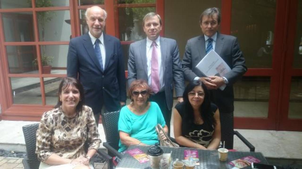 Miembros de la Fundación Duhalde y la embajadora de Argentina en el país (primera a la izquierda) Betina Pascuali de Fonseca.