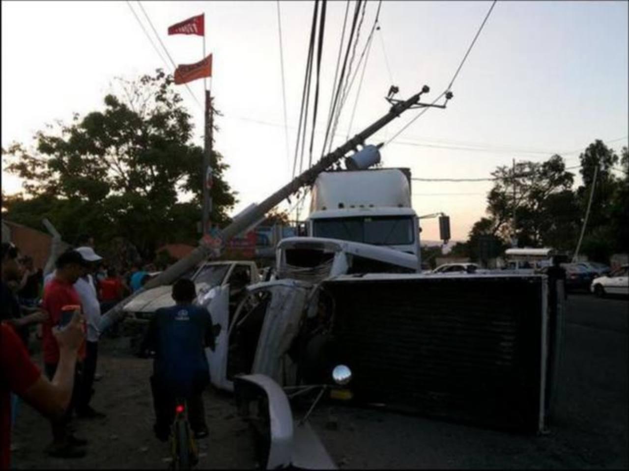 Aparatoso accidente vial en carretera a Santa Ana