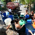 La falta de un servicio ininterrumpido de agua potable obliga a muchos a comprar agua a las pipas. Foto EDH / archivo